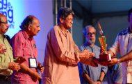 ചെറുകഥാ പുരസ്കാരം വി. എം. ദേവദാസ് ഏറ്റുവാങ്ങി
