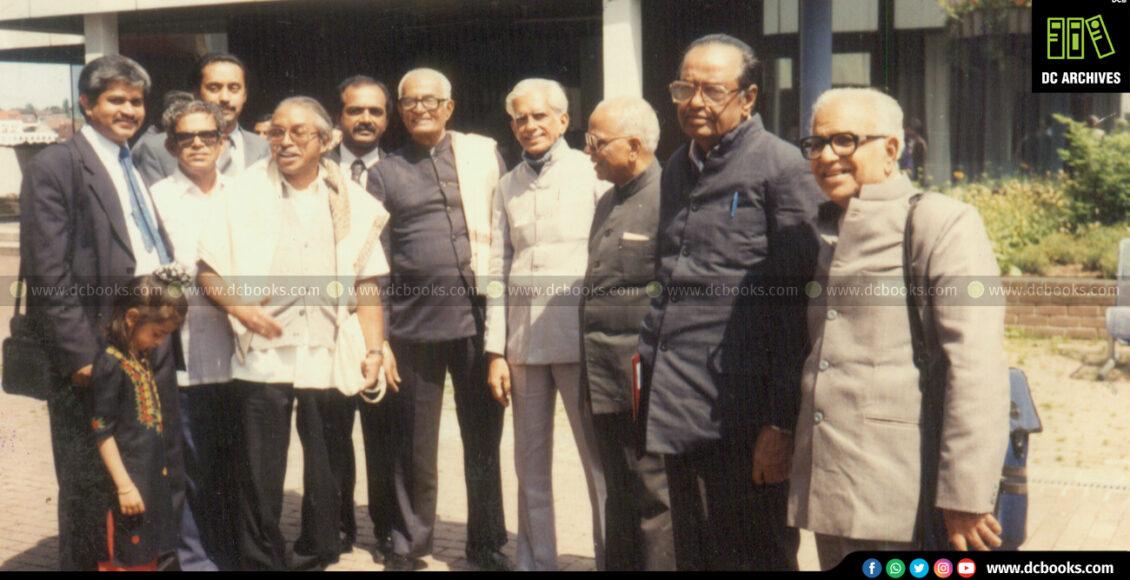 ചെമ്മനം ചാക്കോ, ഒ.എന്.വി.കുറുപ്പ്, എസ്.ഗുപ്തന്നായര്, പി.ഗോവിന്ദപ്പിള്ള, ഡി സി കിഴക്കെമുറി എന്നിവര് ജര്മ്മനിയിലെ ഹെര്മന് ഗുണ്ടര്ട്ടിന്റെ ശവകുടീരത്തിനു മുന്നില്(1993).