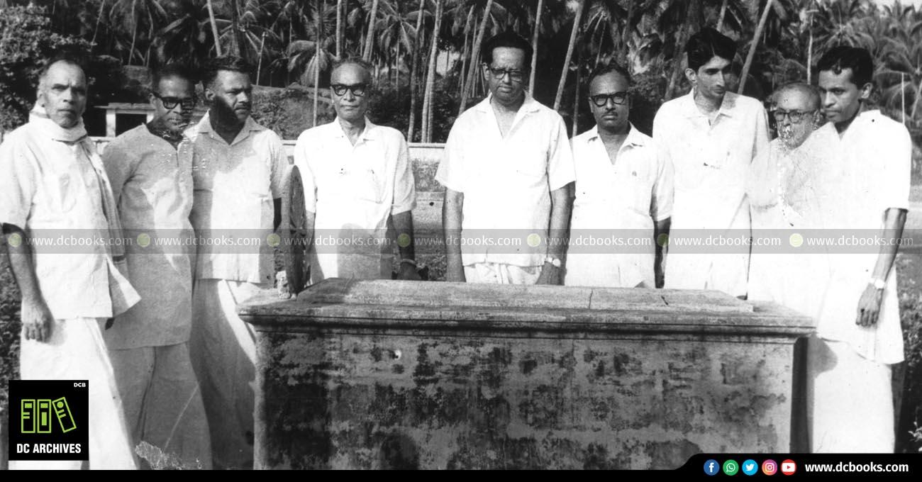സ്വദേശാഭിമാനി കെ. രാമകൃഷ്ണപിള്ളയുടെ ശവകുടീരത്തിനു മുന്നില്. (ഇടത്തുനിന്ന്) കാരൂര്, പൊന്കുന്നം വര്ക്കി, പാറപ്പുറം, പി. കേശവദേവ്, ഡി.സി കിഴക്കെമുറി, വെട്ടൂര് രാമന്നായര്, സി.പി. ശ്രീധരന്, എ.ഡി. ഹരിശര്മ്മ, സുകുമാര് അഴീക്കോട്.